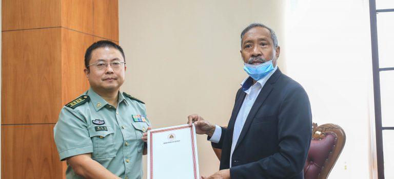 MD Entrega Sertifikadu Apresiasaun Ba Adidu Militár Xina Colonel Huang